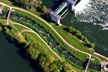 Vue aérienne du barrage d'Andrésy et de sa passe à poissons