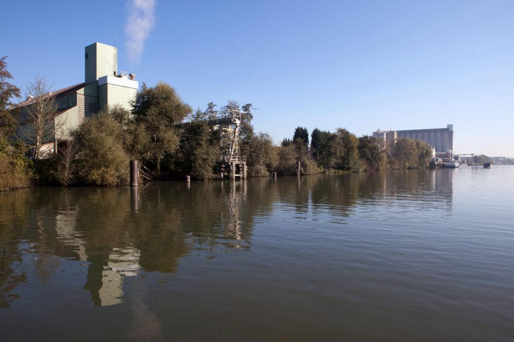 Silos et entreprises présentes sur les bords de l'Oise à Brenouille et Pont-Sainte-Maxence.