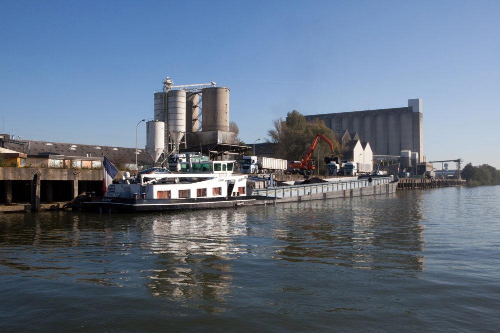 Silos, quais et péniche à Pont-Sainte-Maxence